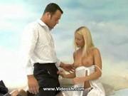 Piękna blondyna w białych rajstopach