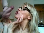 Blond mamuśka dostaje wytryska na twarz